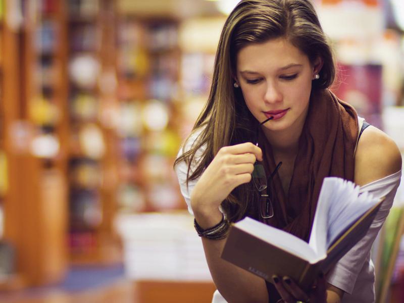 """Результат пошуку зображень за запитом """"девушка в книжном магазине"""""""