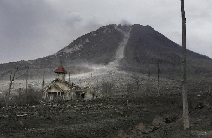 Церковь не спасла, просто приняла на себя удар. Село Simacem, Северная Суматра, Индонезия, 16 ноября 2015. (Фото Binsar Bakkara):