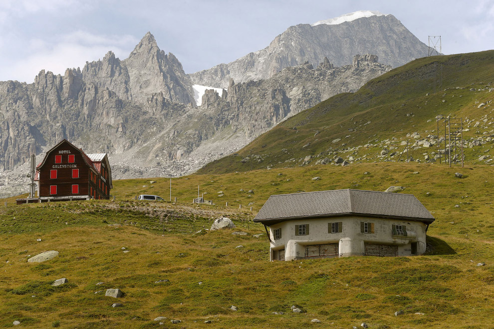 Замаскированный пулеметный бункер возле села Реальп  в Швейцарии.
