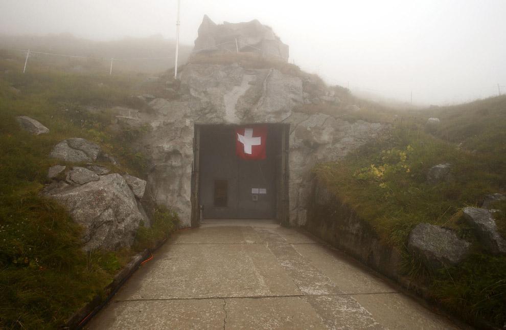 Сен-Готард — самый важный горный перевал Швейцарских Альп. Это в ход в еще один секретный бункер.