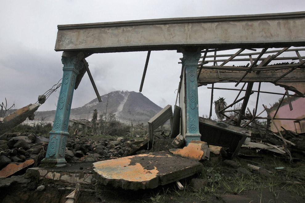 Разрушенный во время одного из извержений Синабунга дом. Деревня Simacem, 16 ноября 2015. (Фото Binsar Bakkara):