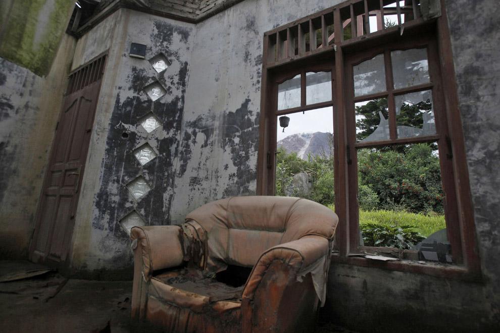 Заброшенный дом, старое кожаное кресло и вид на вулкан Синабунг. Деревня Simacem, 16 ноября 2015. (Фото Binsar Bakkara):