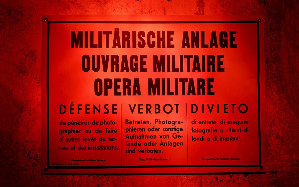 Плакат гласит: «Военный объект. Вход и фотографирование запрещены». Крепость Sasso da Pigna на перевале Сен-Готард.