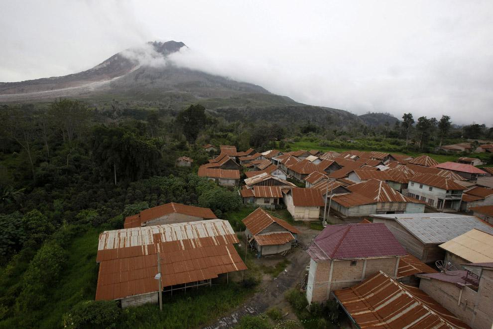 Заброшенная деревня Simacem и вид на вулкан Синабунг, 16 ноября 2015. (Фото Binsar Bakkara):