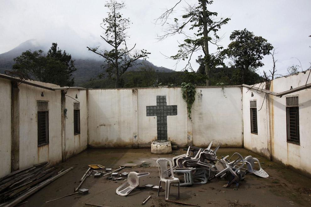Заброшенная деревня Kuta Gugung, 13 ноября 2015. Церковь не спасла это место от разбушевавшегося вулкана. (Фото Binsar Bakkara):