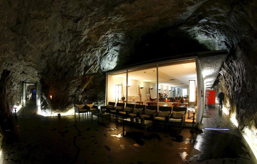 Отель в бывшем швейцарском армейском бункере на перевале Сен-Готард, Швейцария.