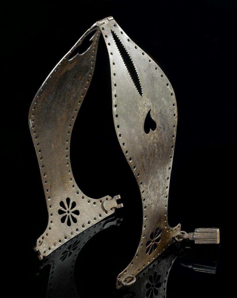 1550 год. Железный пояс верности с цветочным орнаментом и навесным замком.
