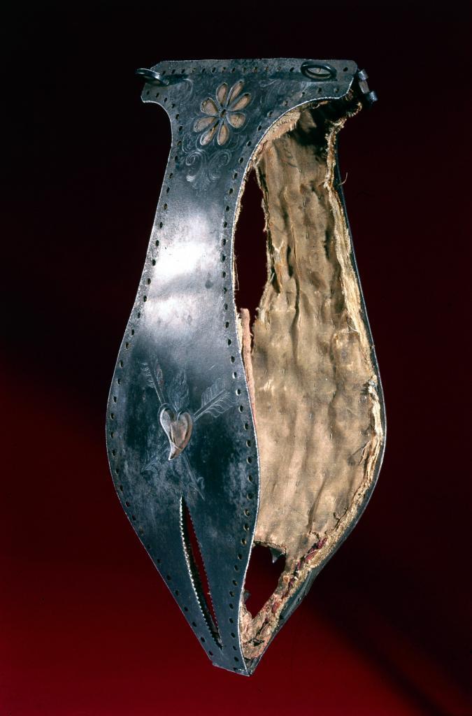 1500 год. Пояс верности с подкладкой из ткани, украшенный цветочным орнаментом и сердцем, пронзённым стрелами.