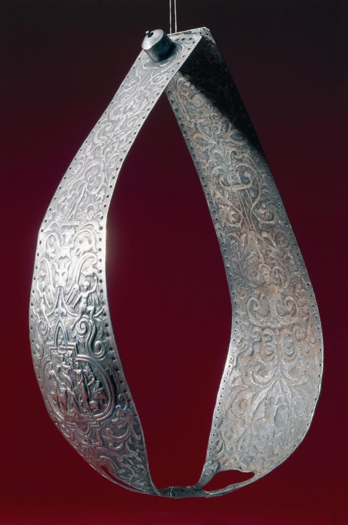 1450 год. Металлический пояс верности, украшенный чеканкой и состоящий из двух панелей, соединённых вместе.