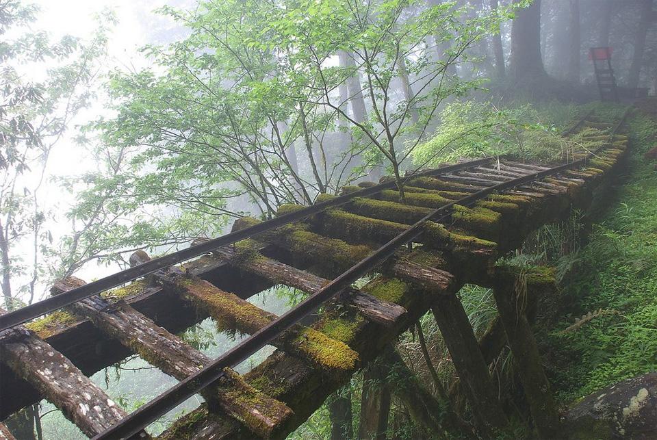 Заброшенный железнодорожный мост в Японии.