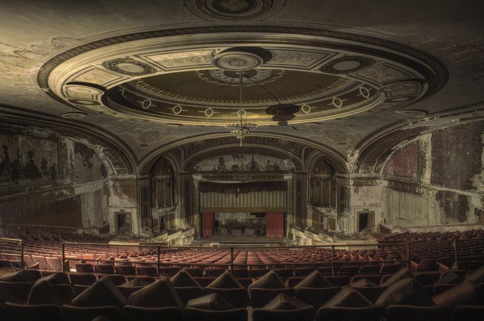 Заброшенный театр в Нью-Йорке.