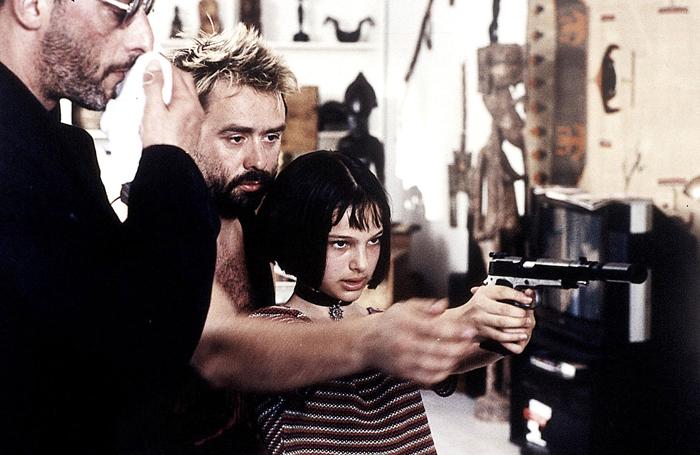 Люк Бессон учит Натали Портман правильно держать оружие.