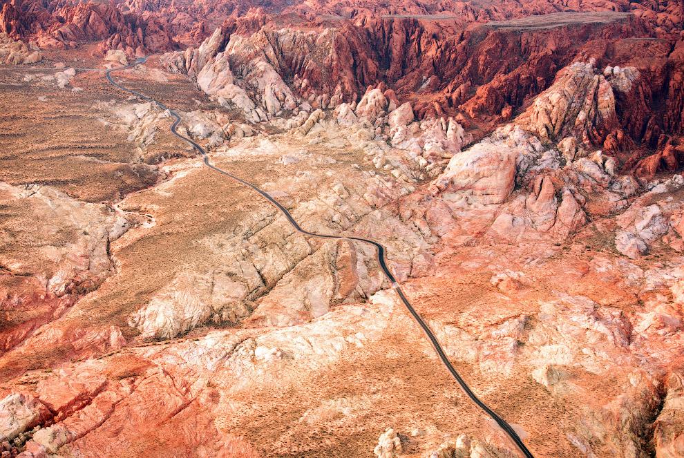 Дорога через пустыню в Неваде.