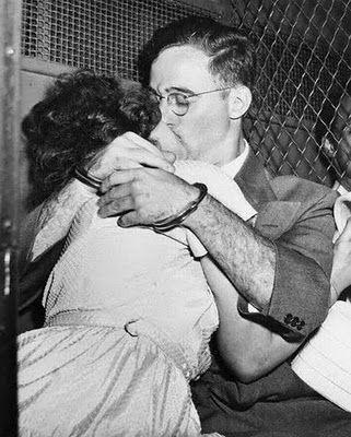 Последний поцелуй Этель и Юлиуса Розенбергов перед казнью, 1953 год.