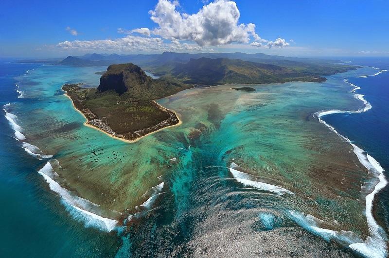 1-Потрясающая иллюзия подводного водопада на Маврикии