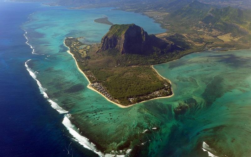 10-Иллюзия подводного водопада на полуострове Ле-Морн-Брабан , Маврикий