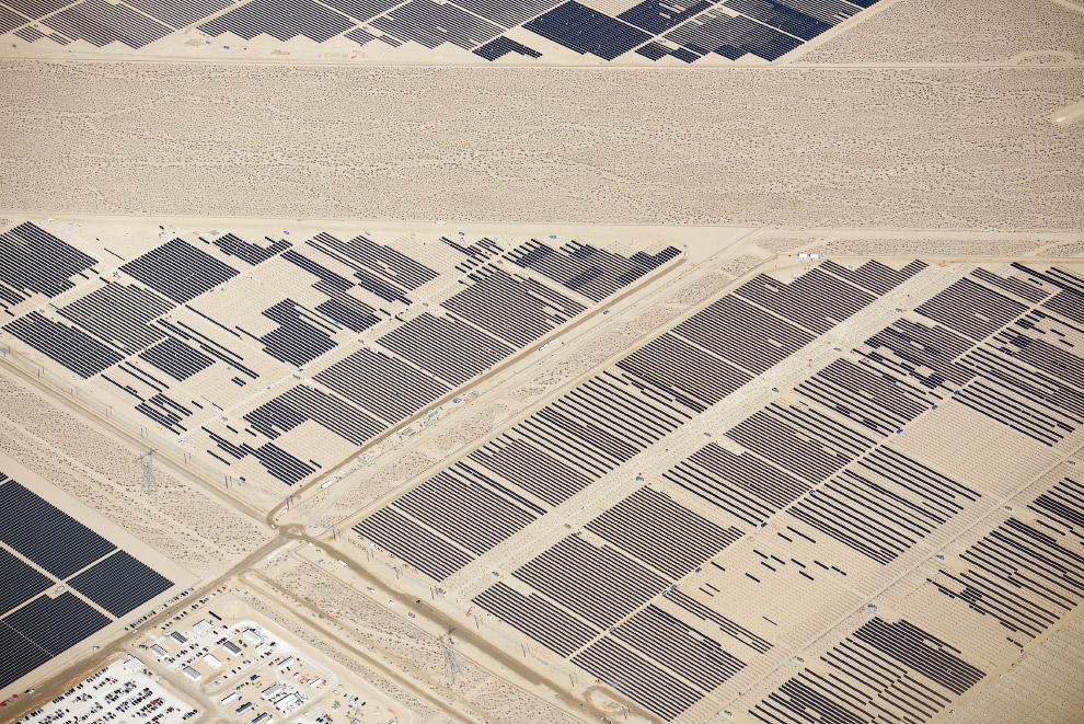 Солнечные панели в пустынях Калифорнии и Невады.