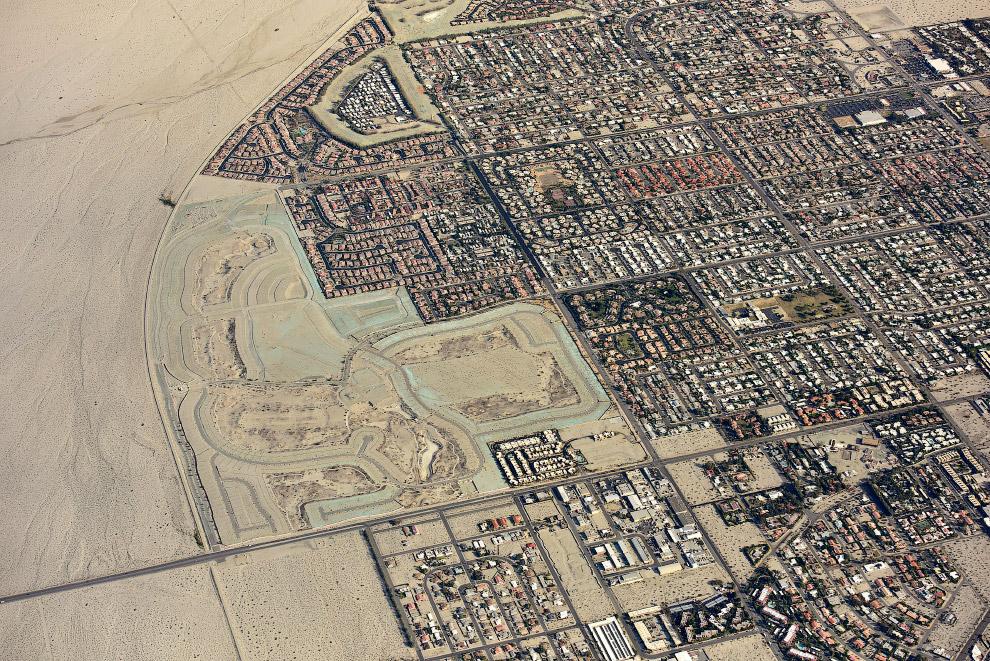 Город Палм-Спрингс в пустыне, штат Калифорния.