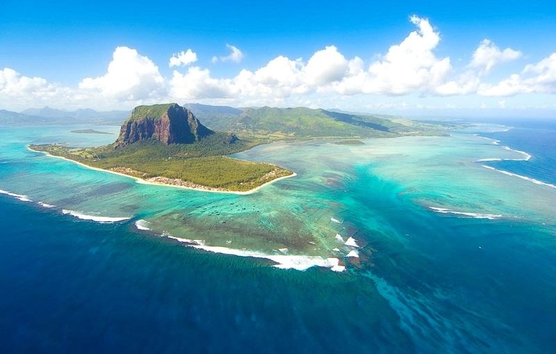 2-Красивый вид на подводный водопад на Ле-Морн-Брабан, Маврикий