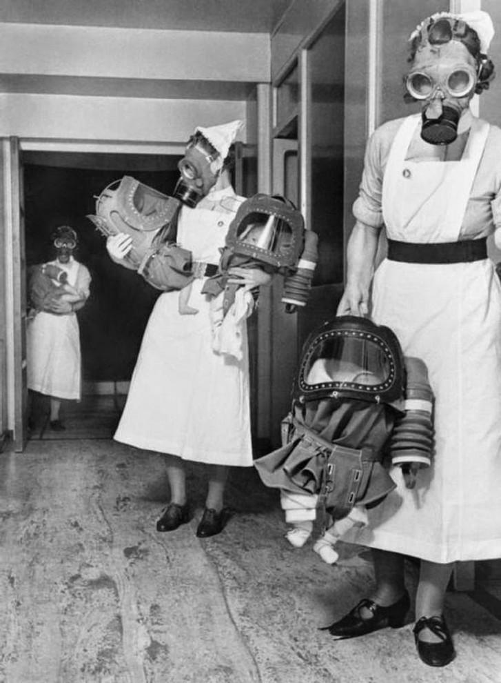 Испытания противогазов для младенцев в английском госпитале, 1940.