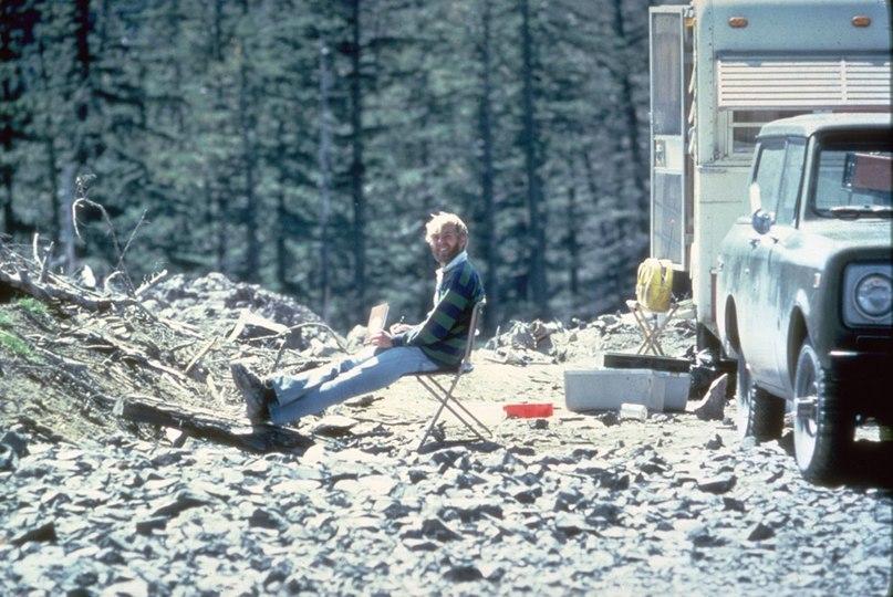 Вулканолог Дэвид А. Джонстон за несколько часов до смерти, 1980 год.