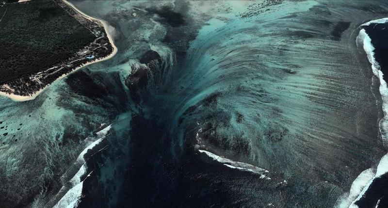 3-Подводный -водопад на острове Маврикий