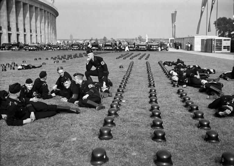 Солдаты отдыхают во время Олимпийских игр 1936 года.