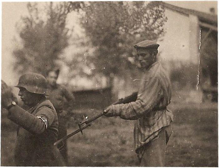 Бывший узник концлагеря держит под прицелом нацистского солдата.