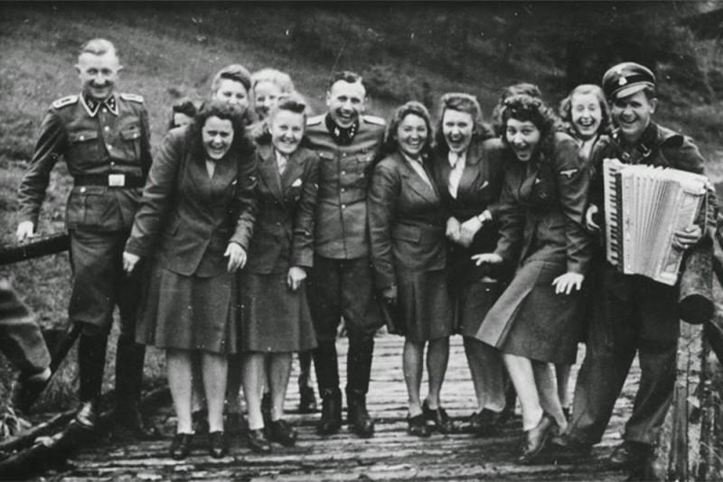 Сотрудники Освенцима хохочут на отдыхе, 1942.