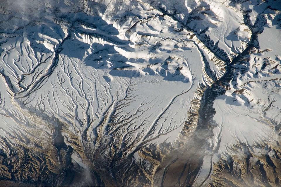 Реки и снега в Гималаях на границе Индии и Китая
