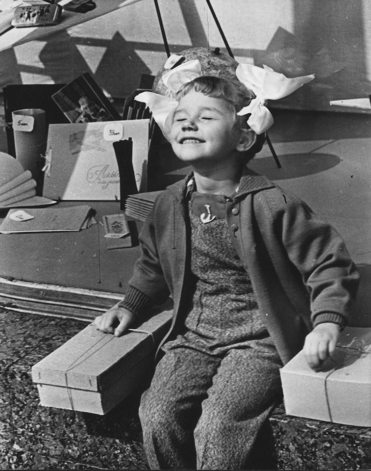 Нина Свиридова, Дмитрий Воздвиженский. Солнышко. У «Детского мира», Москва, 1961 г. Собрание МАММ/МДФ.