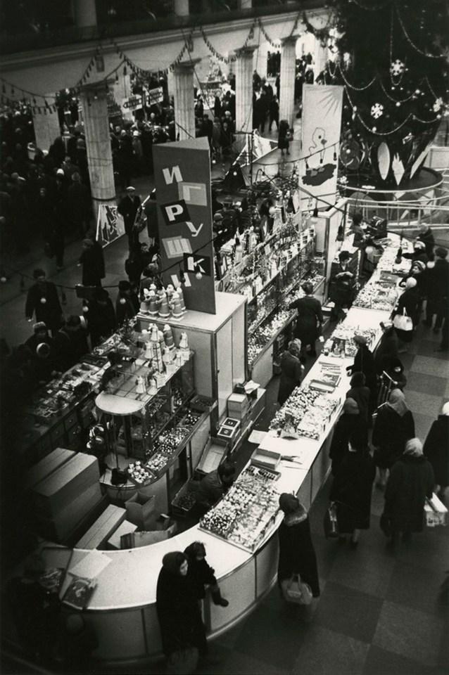 Борис Ярославцев. В торговом зале «Детского мира» накануне Нового года, Москва, 1960-е. Частное собрание.