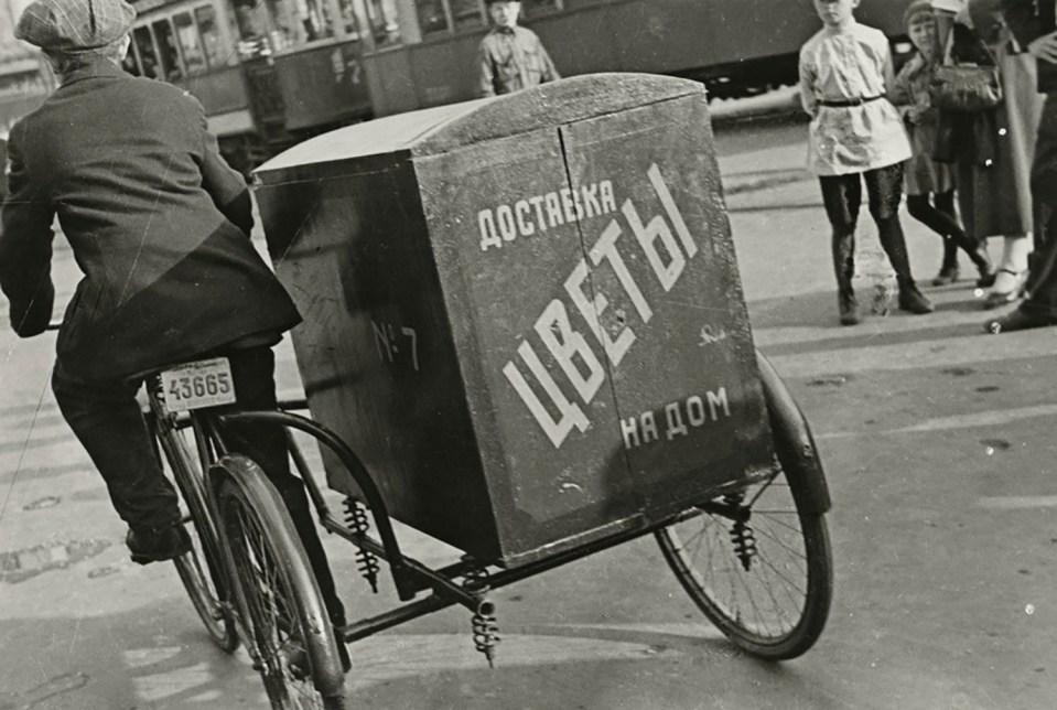 Борис Игнатович. Доставка цветов на дом, Москва, 1934 г. Частное собрание.