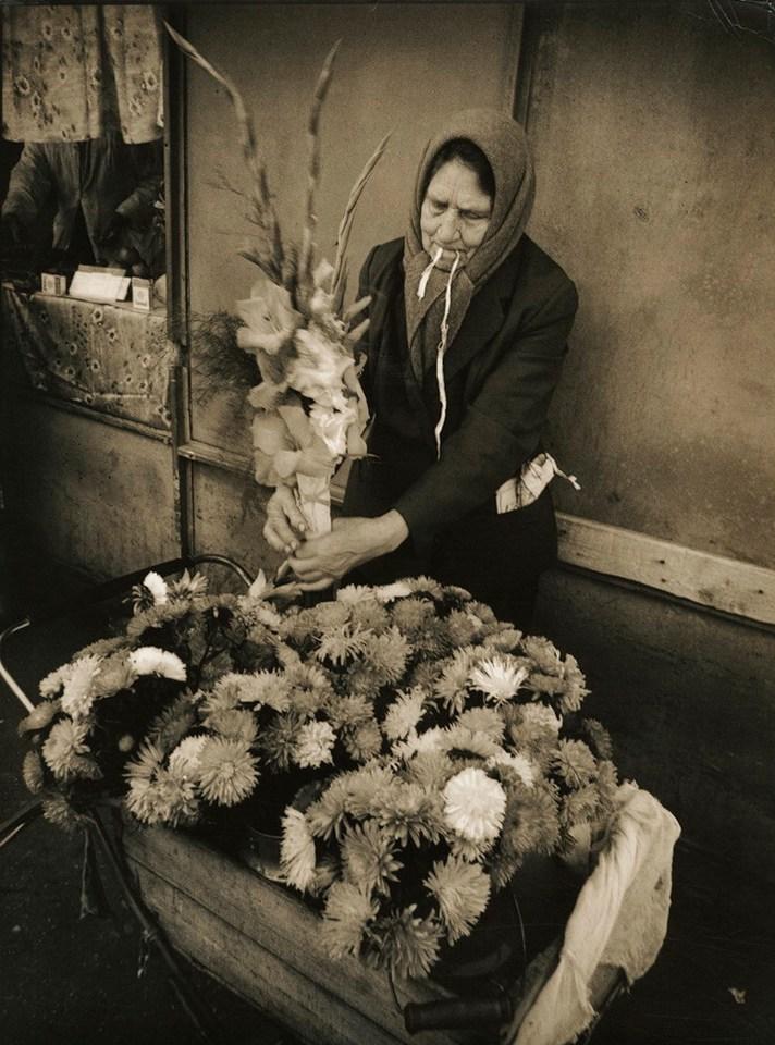 Станислав Яворский. Продажа цветов к 1 сентября. Горький, 1980-е. Частное собрание.