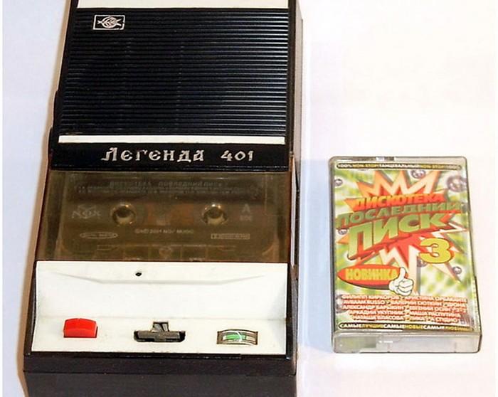 В начале 70-х гг в СССР началось производство плееров, которые могли воспроизводить музыку с компактных кассет.