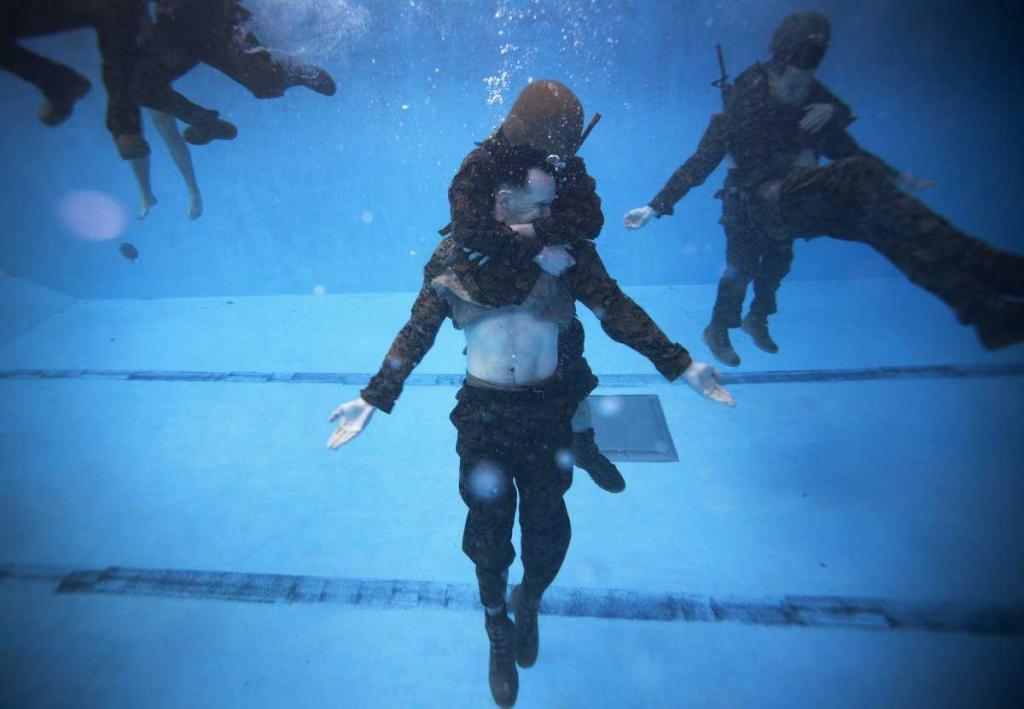 Как готовят военных к выживанию на воде
