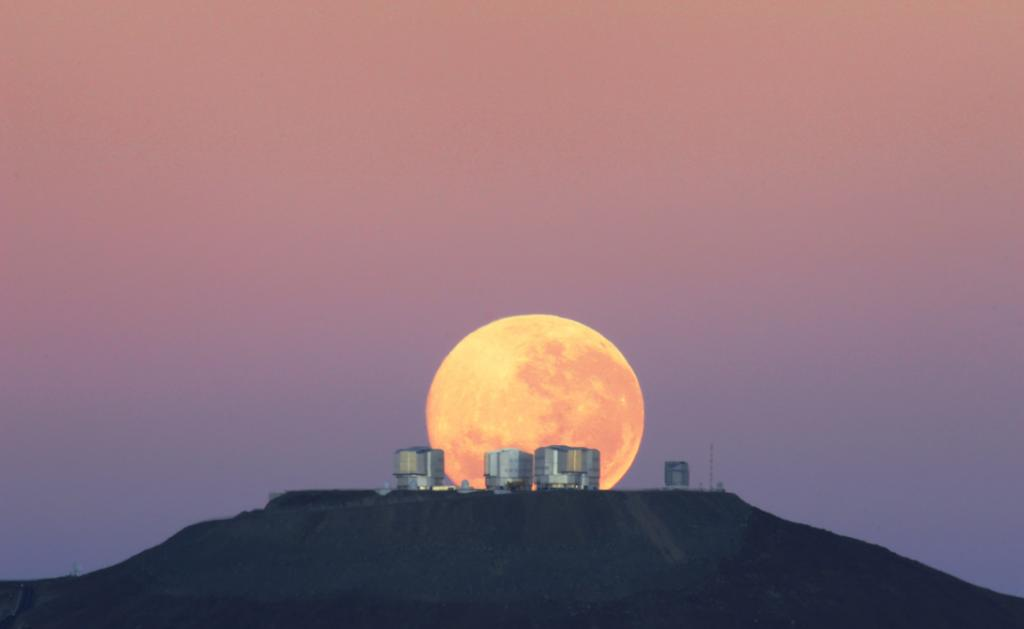 Dramatic Moonset — Amazing Sight on Cerro Paranal, Home of ESO