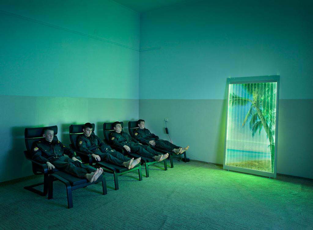 junge Polizeianwärter im Psycholgieraum der MVD Polizeischule ( genaue Bezeichnung bitte bei Bettina Sengling erfragen ) während einer audio-visuellen Entspannungstherapie.