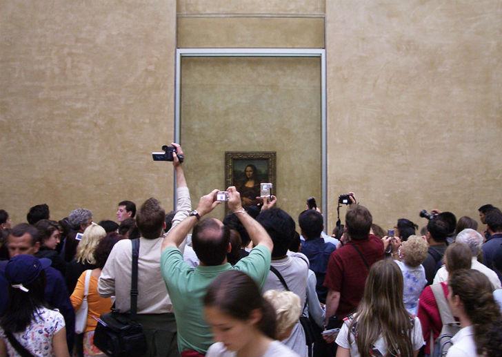 Admiring-Mona-Lisa-In-Louvre-Museum-Paris-France2
