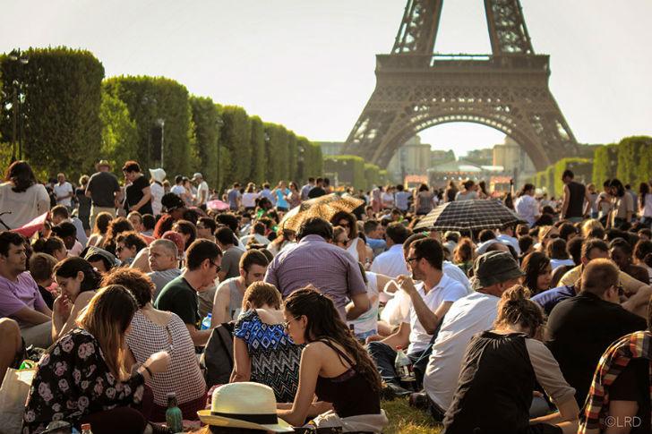 Having-A-Picnic-Near-The-Eiffel-Tower-In-Paris-France2