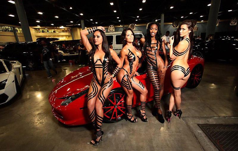 Сексуальные девушки в «нарядах» из чёрного скотча