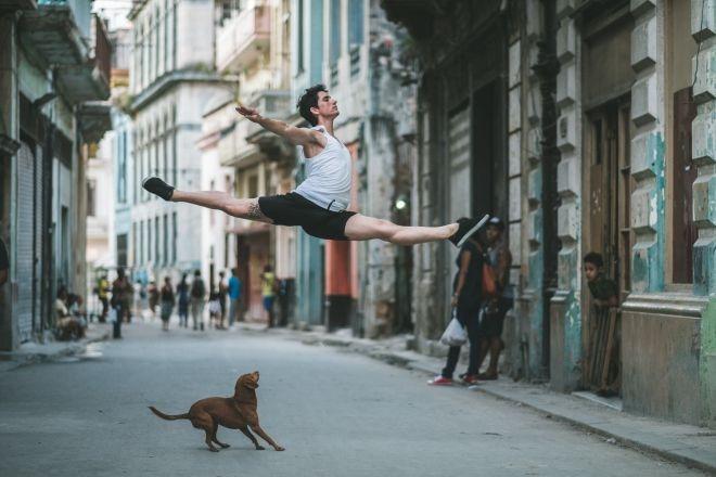 Ослепительные фотографии танцоров на улицах Кубы