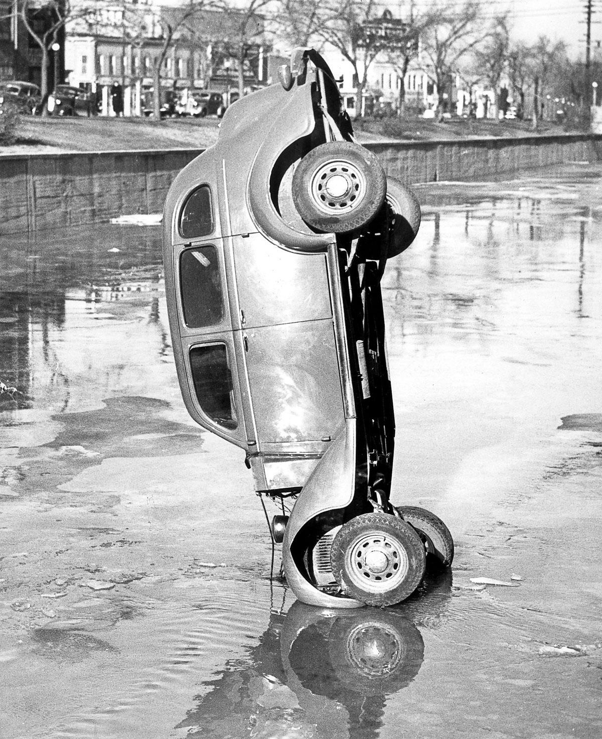 Traffic accidents A car turned on its front after a traffic accident - 1936 - Vintage property of ullstein bild