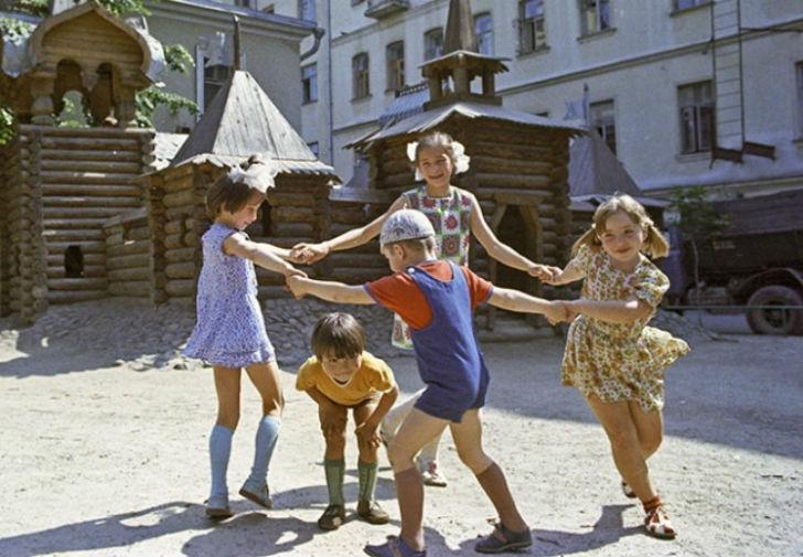 Играли-в-волшебном-месте-под-названием-«улица»-до-тех-пор-пока-не-раздирали-локти-и-колени