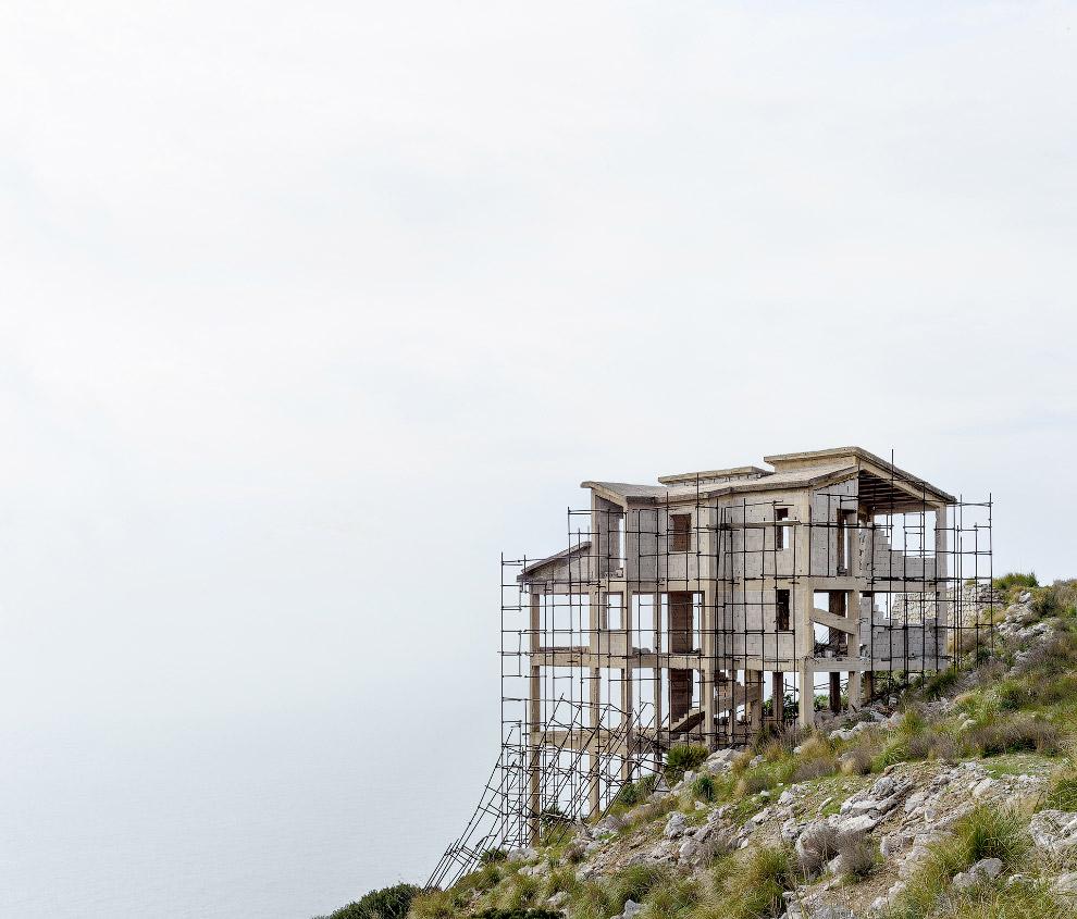 Победитель-в-категории-«Архитектура».-Недостроенный-дом-на-юге-Италии-из-за-финансового-кризиса.-Фото-Amelie-Labourdette