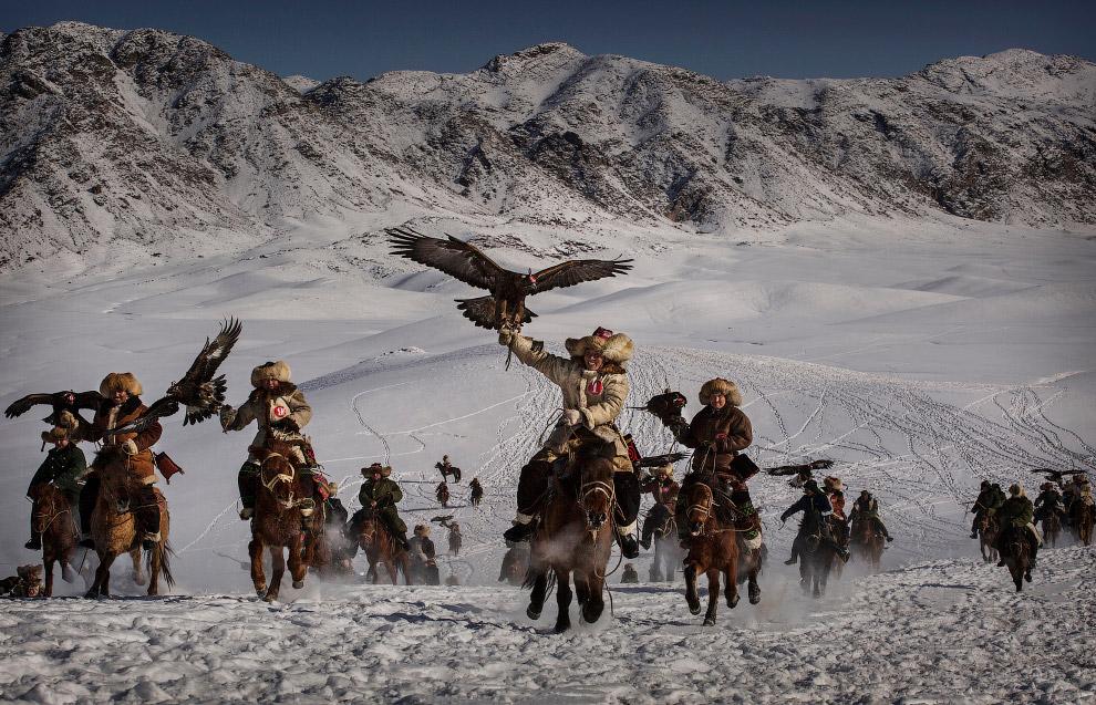 Победитель-в-категории-«Окружающая-среда».-Охотники-с-хищными-птицами-на-западе-Китая.