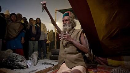 Индийский садху 43 года держит руку поднятой в честь бога Шивы