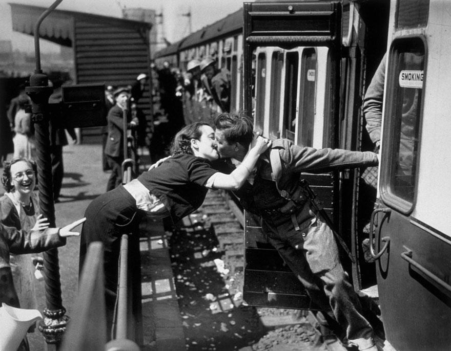 Любовь во время войны: фото о том, как провожают и встречают солдат