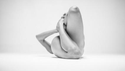 Загадка обнаженного тела: серия эмоциональных фото