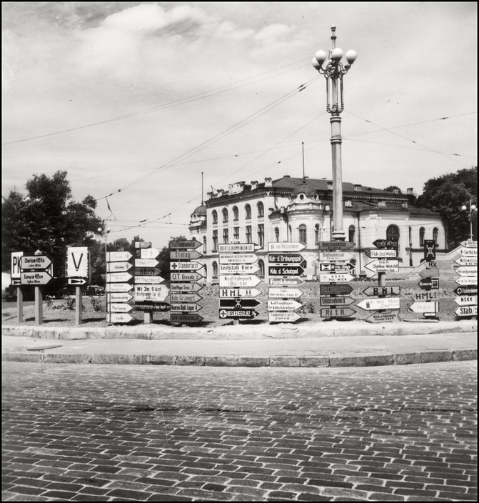 UKRAINE. Kiev. 1943. German traffic sign for the invaders. A-UK-KIE-001